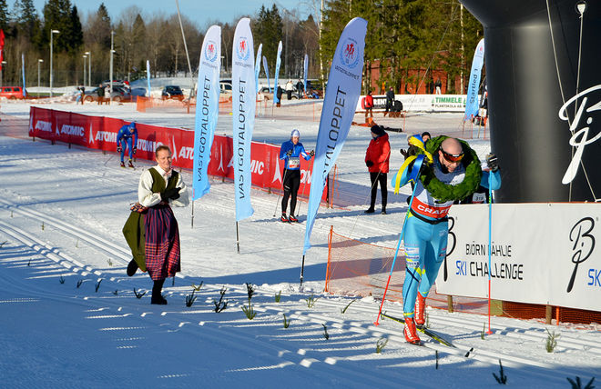 BOB IMPOLA går i mål som segrare i Västgötaloppet Skidor 2015. Foto: ARRANGÖREN