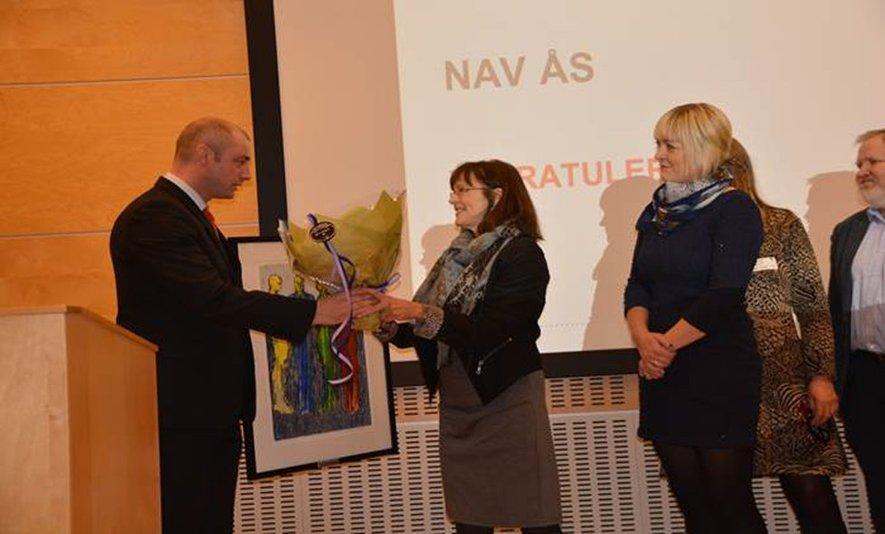Fotografi av ansatte ved NAV ås som mottar prisen