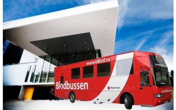Illustrasjon blodbussen foran frontbygg