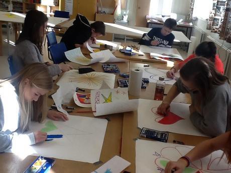 Elever ved 8. klasse på Elvetun klargjør kunstverk