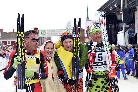 Sälen-Mora 150308Vasaloppet Petter Eliasson, Norge vinner Vasaloppet, kranskulla Victoria Stärner. På bilden flankerad av Anders Aukand, Norge, tvåa och trean Stanislav Rezac, Tjeckien.Foto Nisse Schmidt