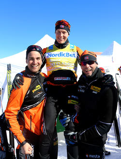 PETTER ELIASSEN har varit en guldklimp för Team LeasePlan Go i vinter. Här hissas han av managern Emil Søbak Gundersen (tv) och teamchefen Thomas Alsgaard. Foto/rights: KJELL-ERIK KRISTIANSEN/sweski.com