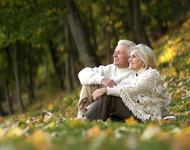 Par som sitter i skogen