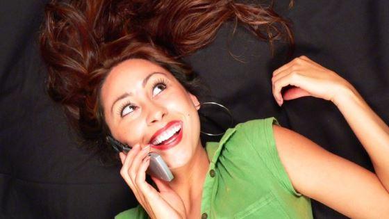 Fotografi av dame som snakker i telefon