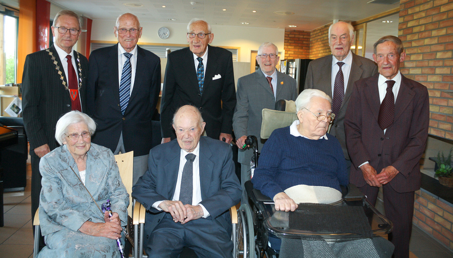 Bak fra venstre: ordfører Johan Alnes, Leif Robert Hansen, Håkon Finstad, Kjell Steinsholt, Ole Jerven og Thorvald Fredrik Sverdrup. Foran fra venstre: Randi Krogh, Lars Strand og Sigurd Eldegard.
