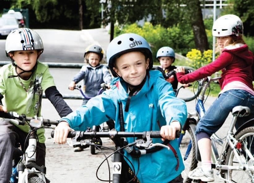 Fotografi av barn på sykkel i trafikken Foto: Trygg Trafikk