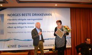 Bilde: Einar Melheim (Norsk Vann) overrekker her blomster og diplomer til den heldige dobbeltvinneren Luster kommune ved Ingrid M. Slinde