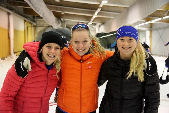 TVÅ MOA OLSSON bland dom tre bästa! Vansbro-Moa (mitten) vann medan Moa från SK Bore (tv) var trea. Stark tvåa var Amelia Furunäs från Grängesberg (th). Foto: LEIF SKOGSBERG