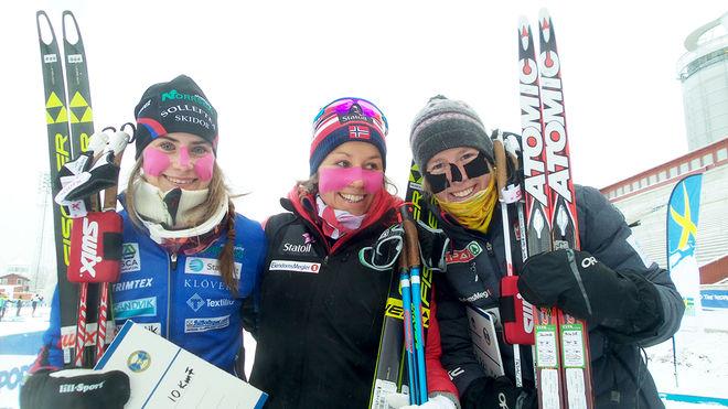 EBBA ANDERSSON (tv) var stark tvåa i den kylslagna Skandinaviska cupen i Östersund. Maria Strøm Nakstad (mitten) vann och till höger trean Silje Øyre Slind. Foto: THORD ERIC NILSSON