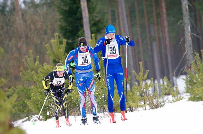 TÄTTRION I RESERVRALLAN med blivande segraren Oscar Claesson i täten före Johan Kanto och Peter Arnesson. Foto: ARRANGÖREN