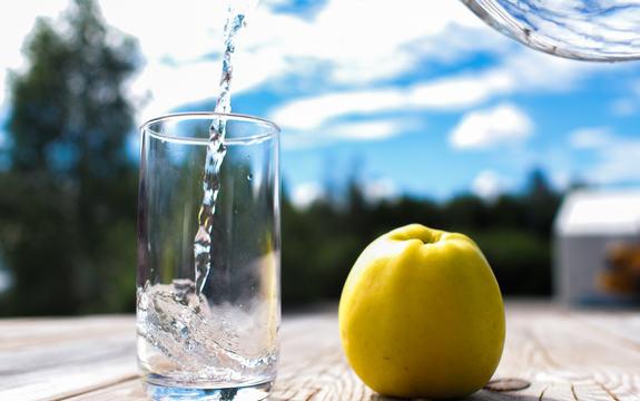 Bildet viser vann som blir helt i et glass