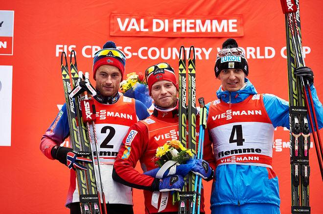 PALLEN I TOUR DE SKI 2014/2015 som den såg ut vid prisutdelningen på Alpe Cermis: Martin Johnsrud Sundby som segrare före Petter Northug jr (tv) och Evgeny Belov. Foto: NORDIC FOCUS