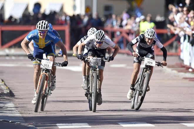 LUCAS ERIKSSON (till höger) vinner CykelVasan 2016 före Matthias Wengelin och Alexander Wetterhall (tv). Foto: VASALOPPET