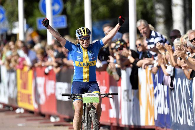 JENNIE STENERHAG jublr över seger i CykelVasan 2016. Foto: VASALOPPET