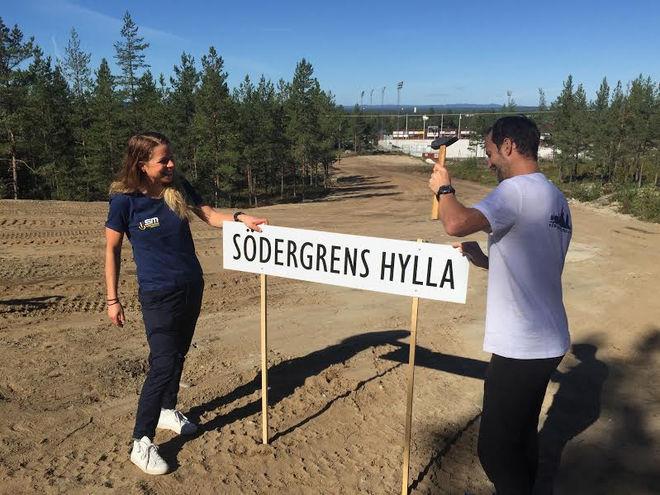 MARIA RYDQVIST och Anders Södergren ser till att skylten kommer på plats på Hällåsen inför skid-SM i Söderhamn 2017. Foto: TORBJÖRN NORDVALL