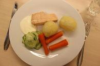 Kokt laks med poteter, agurksalat, gulrøtter og rømme.