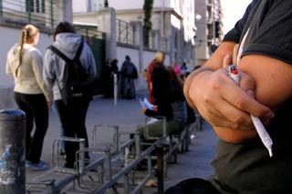 ©PHOTOPQR/LA PROVENCE/MAGNIEN PatriceIllustration sur la consommation de drogue douce chez les jeunesUn adolescent fumant un joint de cannabis devant un lycee