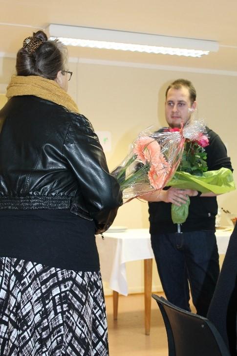 Prosjekt ASVO_Marianne overrekker blomster