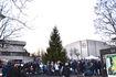 Mange hadde møtt opp for å overvære at Ås kommunes julegran fikk lysene tent. Foto Dag H Nestegard