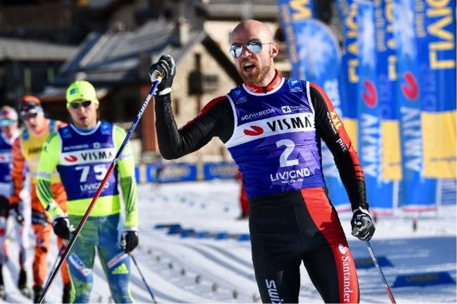 TORD ASLE GJERDALEN jublar för seger i La Sgambeda. Bakom tvåa Ilia Chernousov och trean Petter Eliassen. Foto: VISMA SKI CLASSICS