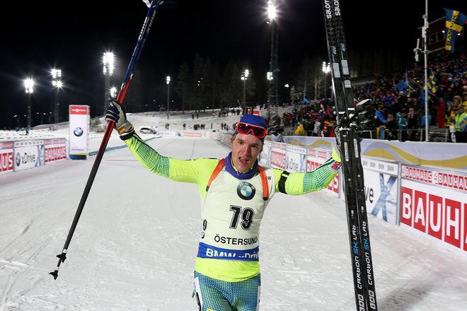 SEBASTIAN SAMUELSSON jublar efter 19:e platsen i sprinttävlingen i världscupdebuten i Östersund. Han har haft sitt stora internationella genombrott i vinter. Foto/rights: MARCELA HAVLOVA/sweski.com