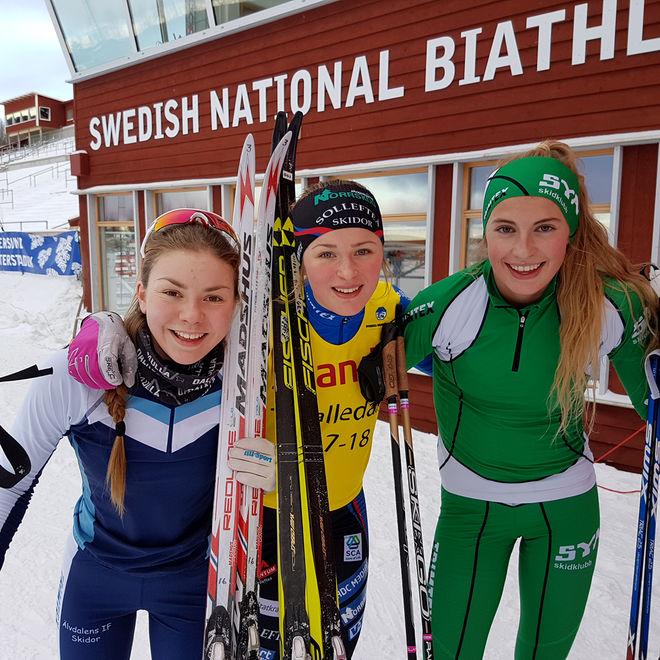 DOM TRE BÄSTA tjejerna i D17-18. Frida Karlsson, Sollefteå (mitten) vann före Katrin Sjödén, Älvdalen (tv) och Kristina Axelsson, Sya SK. Foto: THORD ERIC NILSSON