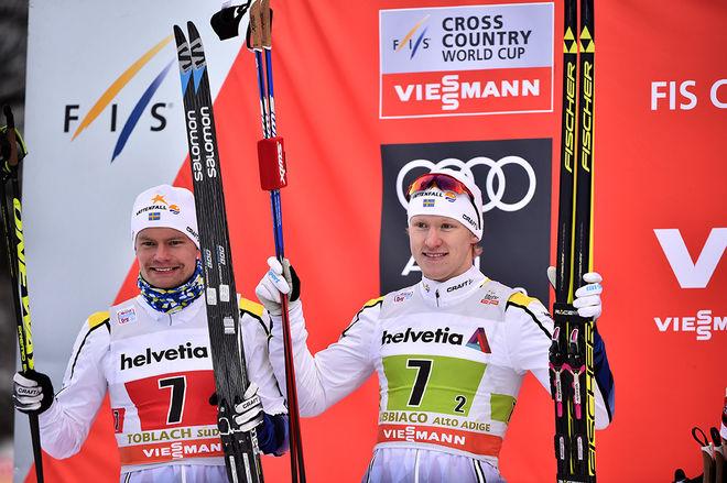 KARL-JOHAN WESTBERG (tv) och Oskar Svensson jublar över en stark andraplats i teamsprinten i världscupen i italienska Toblach. Foto: NORDIC FOCUS
