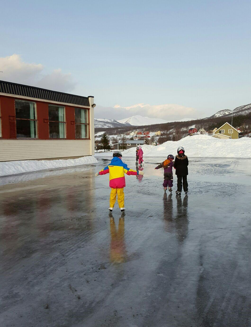 Skøyte barn oksfjord oppvekssenter.jpg