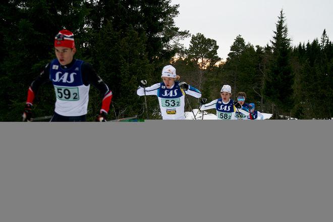SVERIGE HÄNGER bra med i täten på den andra sträckan. Här är det Jesper Persson och Ossian Rosenberg som jagar Norge. Foto: CATHRINE ENGMAN