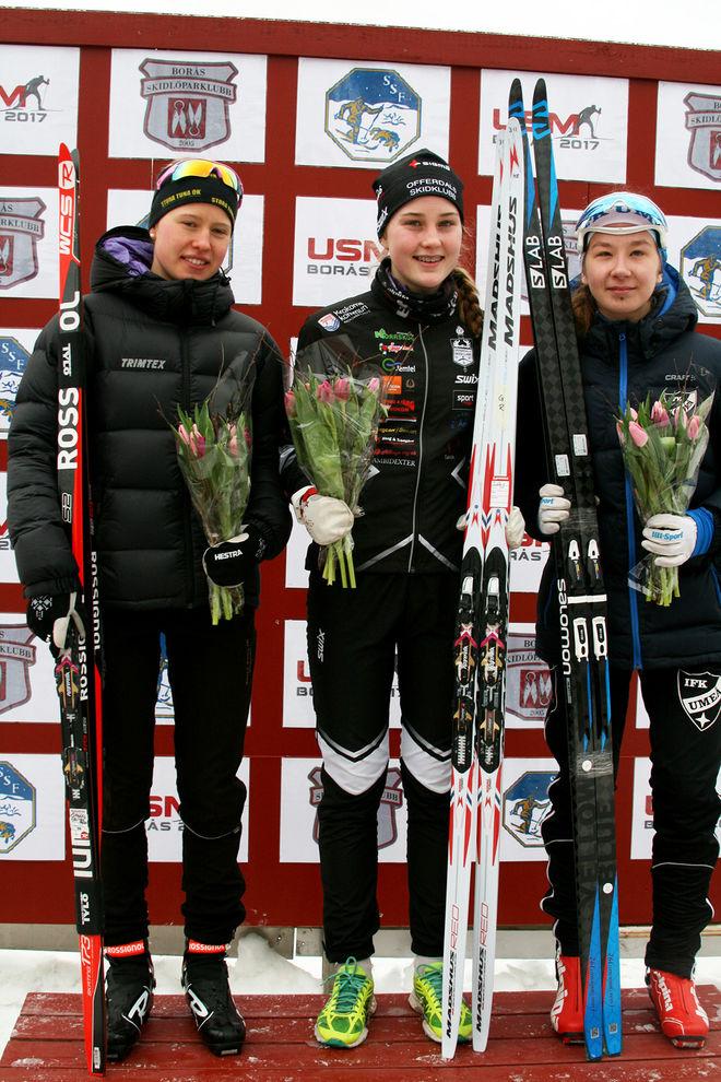 TILDE BÅNGMAN från Offerdals SK (mitten) vann D16 före en annan stortalang, nämligen Tilda Östberg, Stora Tuna IK SK (vänster). Trea i klassen var Magdalena Nilsson, IFK Umeå (höger).