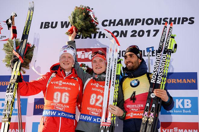 BENEDIKT DOLL, Tyskland jublar över VM-guldet i sprint som han vann med 0,7 sekunder före Johannes Thingnes Bø, Norge (tv) och med Martin Fourcade, Frankrike på bronsplats. Foto: NORDIC FOCUS