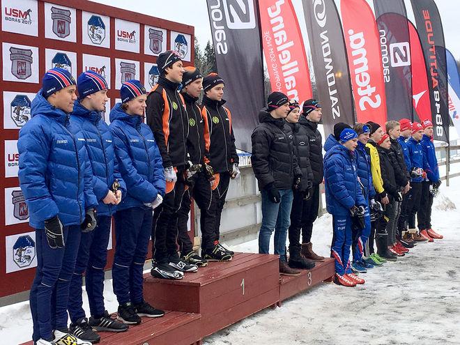 TOPPLAGEN i H15-16-klassen får sina priser, från vänster: Landehof (2:a), Strategen (1:a), Sollefteå (3:a), OK Sarven (4:a), Stora Tuna (5:a) och IFK Mora (6:a). Foto: CATHRINE ENGMAN