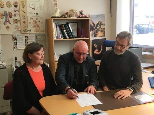 Partene signerer - Tove Buskli HTV-Fagforbundet, rådmann Amund Eriksen og kommuneovelege Robert Novak_500x375