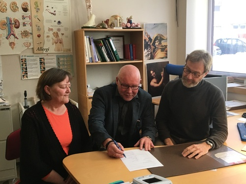 Partene signerer - Tove Buskli HTV-Fagforbundet, rådmann Amund Eriksen og kommuneovelege Robert Novak_500x375.jpg