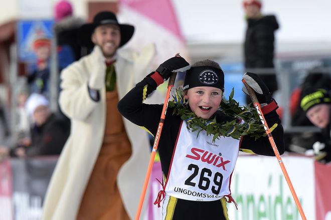 SÅ HÄR GLAD med Astrid Hermansson från Kvarnsveden då hon vann den yngsta tjejklassen D9-10. Astrid var nästan minuten före nästa tjej i klassen. Foto: ULF PALM/Vasaloppet