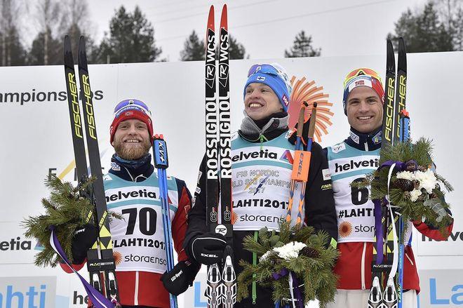 IIVO NISKANEN blev den första finländaren som står längst uppe på pallen i hemma-VM i Lahtis. Silvret gick till Martin Johnsrud Sundby (tv) och bronset till Niklas Dyrhaug (höger). Foto: NORDIC FOCUS