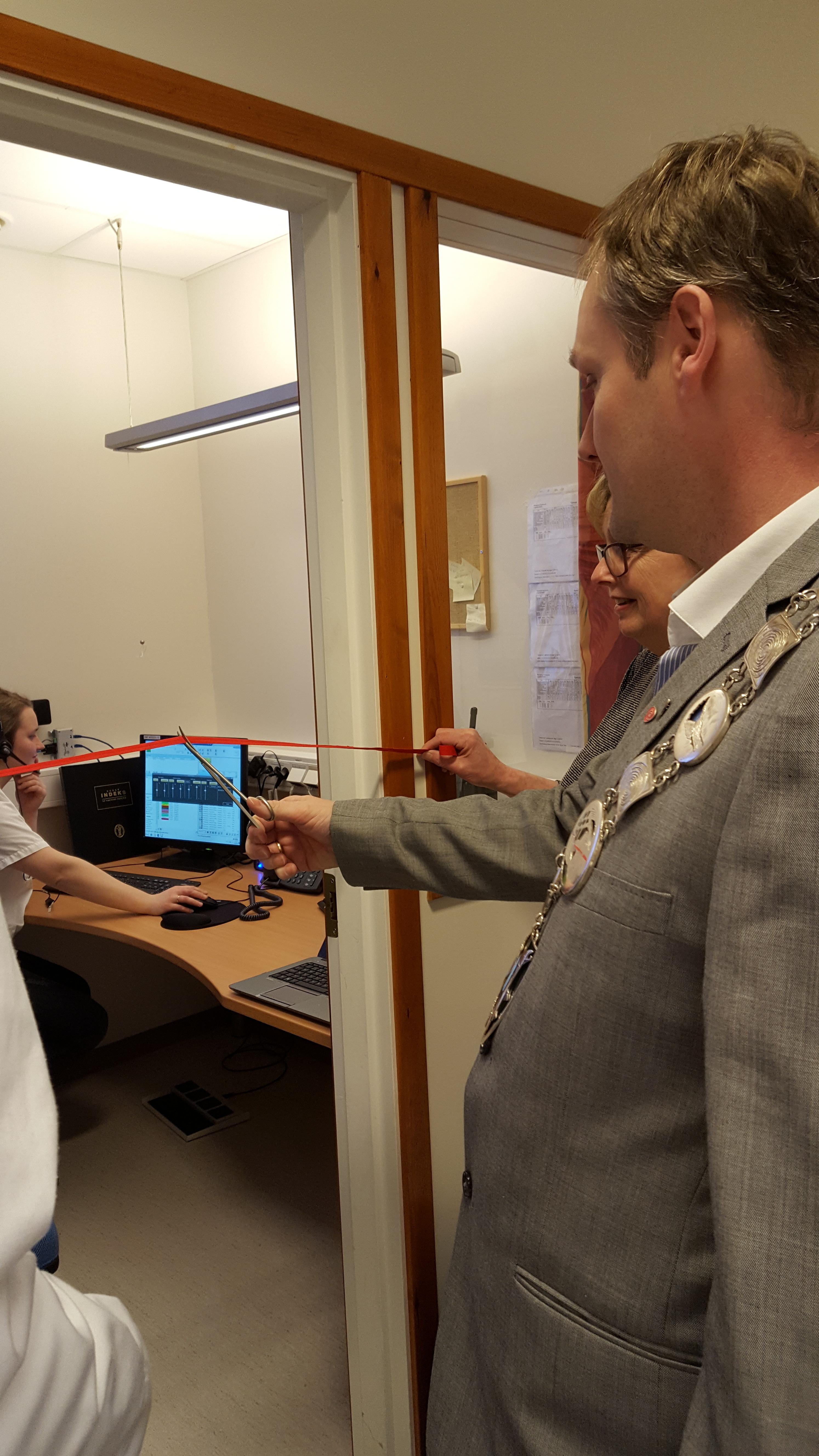 Ordføreren klipper snora og erklærer legevaktssentralen for Nordreisa og Skjervøy for åpnet fra og med 22[1]. februar kl. 12.00..jpg