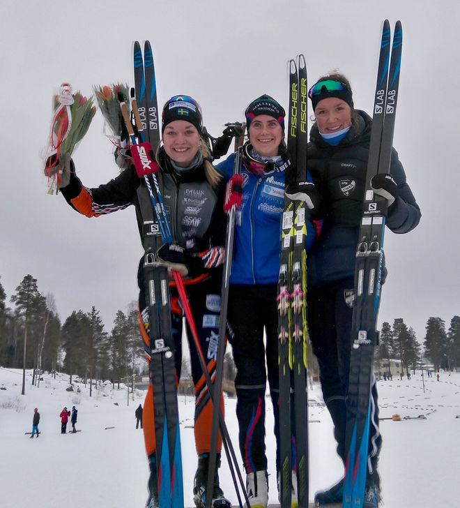 TRE JVM-ÅKARE på pallen i D19-20. Suveräna mästarinnan Ebba Andersson flankeras av tvåa Moa Olsson (tv) och trean Moa Lundgren. Foto: SVENSKA SKIDFÖRBUNDET