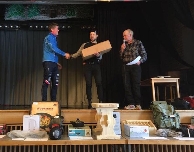 TOTALSEGRAREN Adam Steen, Axa SC gratuleras av  primus motor för tävlingen Ole Jörgen Wold.