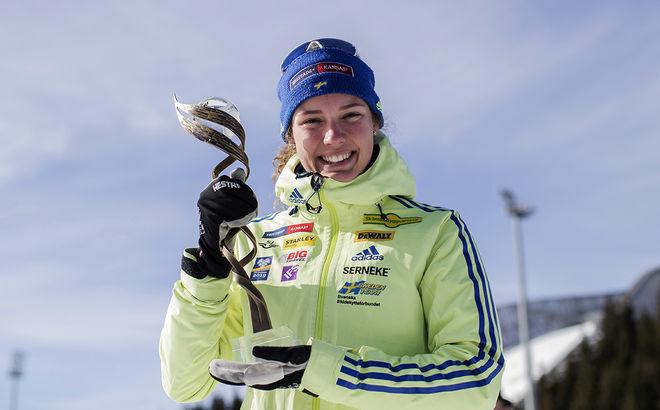 "HANNA ÖBERG med priset som ""Årets rookie"" i världscupen i skidskytte 2016/2017. Foto: NORDIC FOCUS"