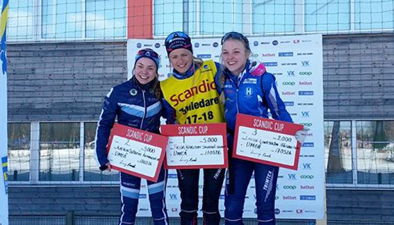 FRIDA KARLSSON, Sollefteå (mitten) grejade konststycket att vinna alla 8 tävlingarna i Scandic Cup i D17-18. Katrin Sjödén, Älvdaen (tv) och Louise Lindström, Högbo fick lika många poäng, men Katrin slutade tvåa totalt. Foto: SVENSKA SKIDFÖRBUNDET