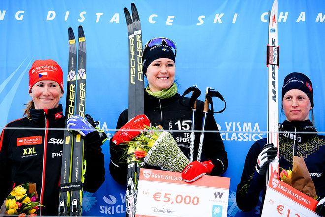 BRITTA JOHANSSON NORGREN (mitten) leder Visma Ski Classics inför dom två sista tävlingarna. Här efter lördagens seger i Årefjällsloppet före Katerina Smutna (tv) och Kari Vikhagen Gjeitnes. Foto: MAGNUS ÖSTH