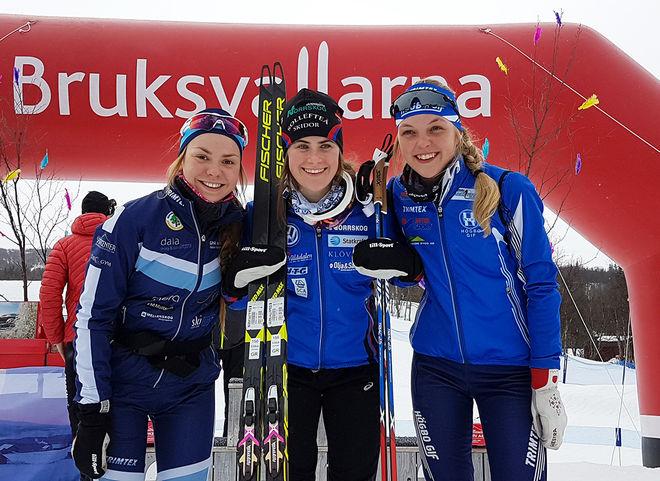 EBBA ANDERSSON (mitten) vann äntligen en sprinttävling också när hon åkte i sin vanliga klass. Yngre juniorerna Katrin Sjödén (tv) och Louise Lindström var närmast VM-stjärnan. Foto: THORD ERIC NILSSON
