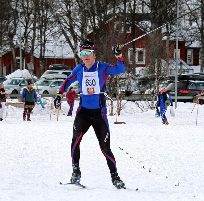SEBASTIAN SAMUELSSON vann igen och slog alla längdåkarna än en gång. Starkt gjort av skidskytten från Sollefteå. Foto: THORD ERIC NILSSON