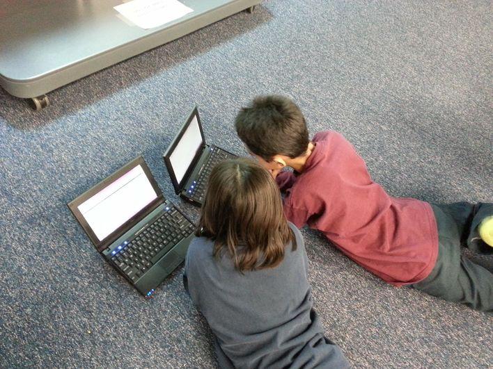 Barn foran PC