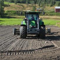 Bondens dag traktor på jordet
