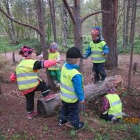 Barn leker i skogen