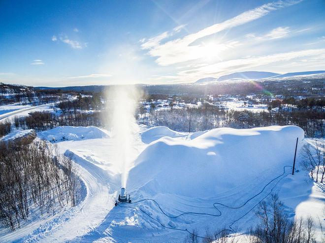 BRUKSVALLARNA garanterar skidåkning från 15 oktober med sparad snö.
