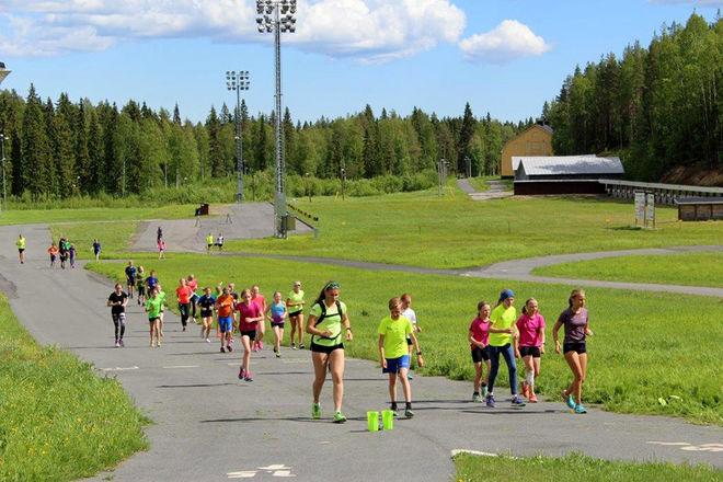 SVEA HOLMBOM leder träningen med en del av deltagarna.