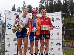 NY VM-MEDALJ till Moras lovande Emma Larsson (tv). Nu silver i masstartsloppet i Sollefteå. Vann gjorde ryskan Anna Zherebyateva (mitten) och bronset tog tyskan Julia Richter (th). Foto: ARRANGÖREN